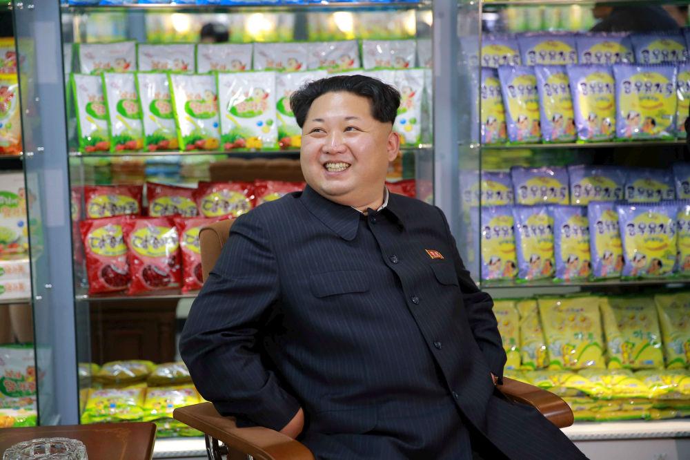 Lídr KLDR Kim Čong-un během návštěvy Dětského potravinového závodu v Pchjongjangu.