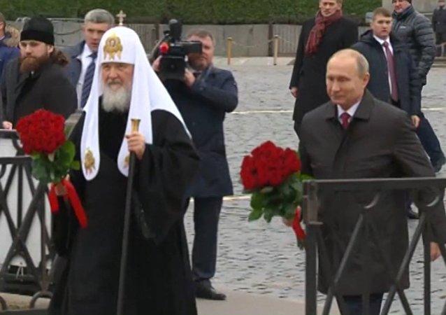 Putin položil květiny k památníku Mininovi a Požarskému. Video