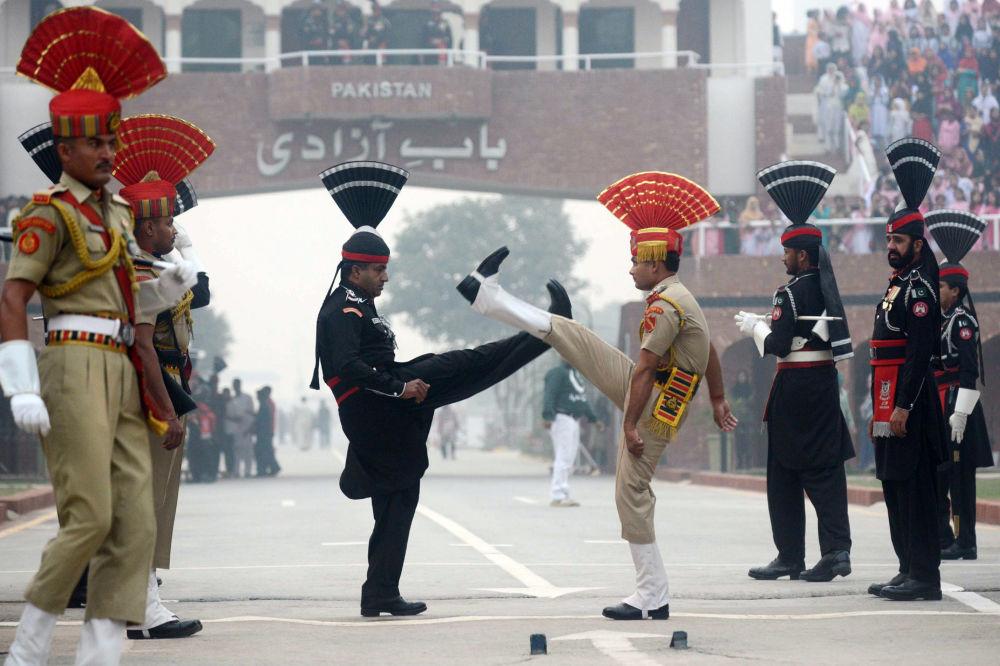 Pákistánští rangeři a indičtí pohraničníci na pákistánsko-indické hranici