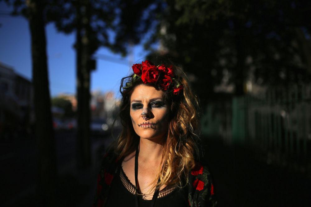 Žena v přestrojení pro Halloween na předměstí Sydney v Austrálii