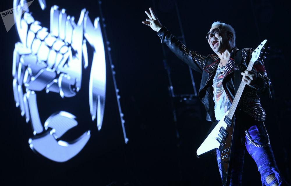 Kytarista kapely Scorpions Rudolf Schenker na koncertu v Moskvě