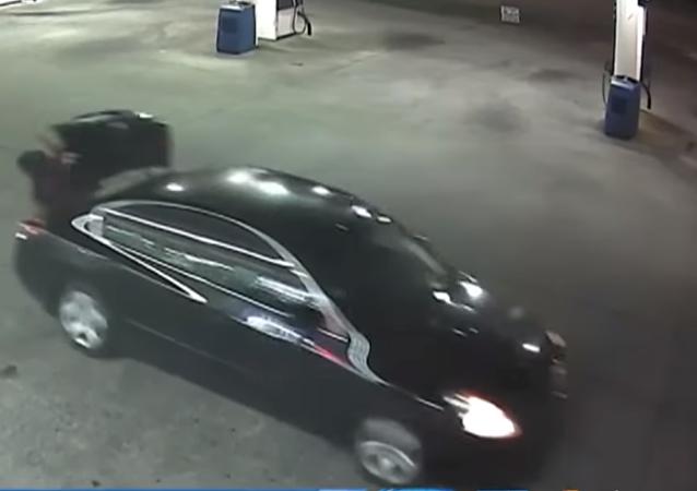 Útěk Američanky z kufru únoscova auta se dostal na video
