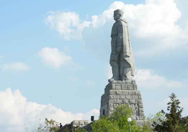 Pomník sovětského vojáka-osvoboditele v bulharském Plovdivu známý jako Aljoša