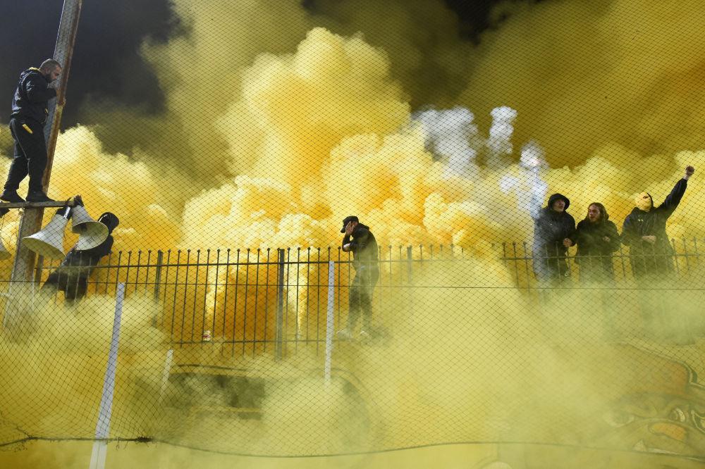 Kouř z pyrotechnických pochodní na fotbalovém utkání mezi Aris Thessaloniki a Boca Juniors na stadionu v řecké Soluni
