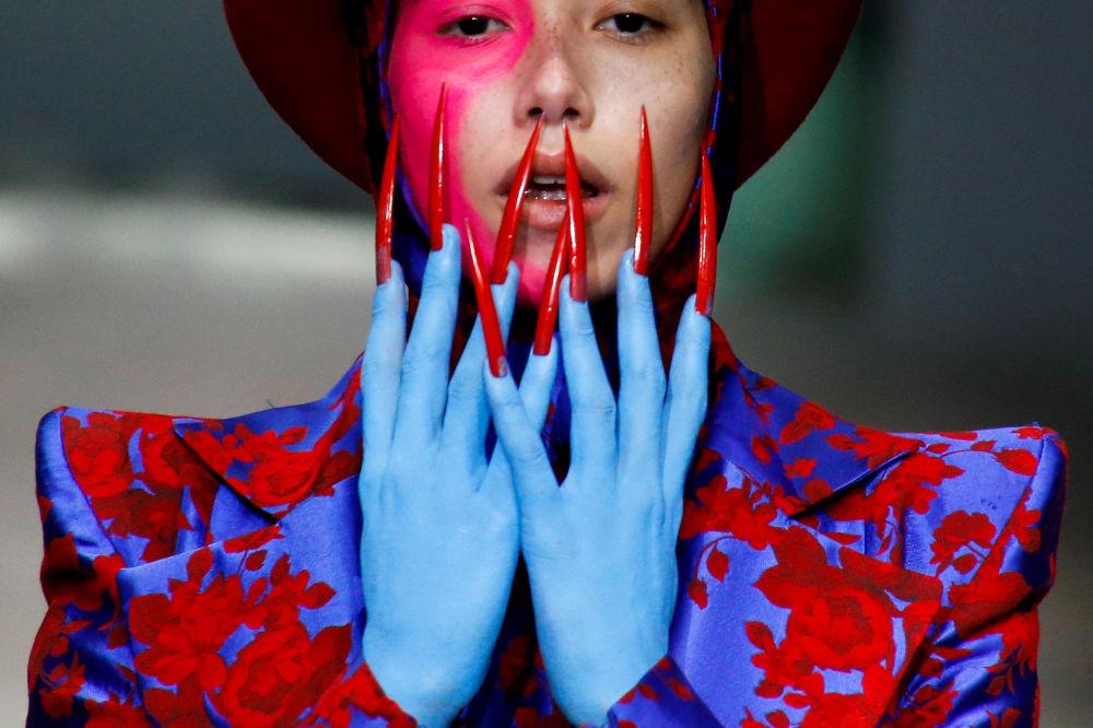 Modelka na defilé Hu Sheguang během Čínského týdnu módy v Pekingu