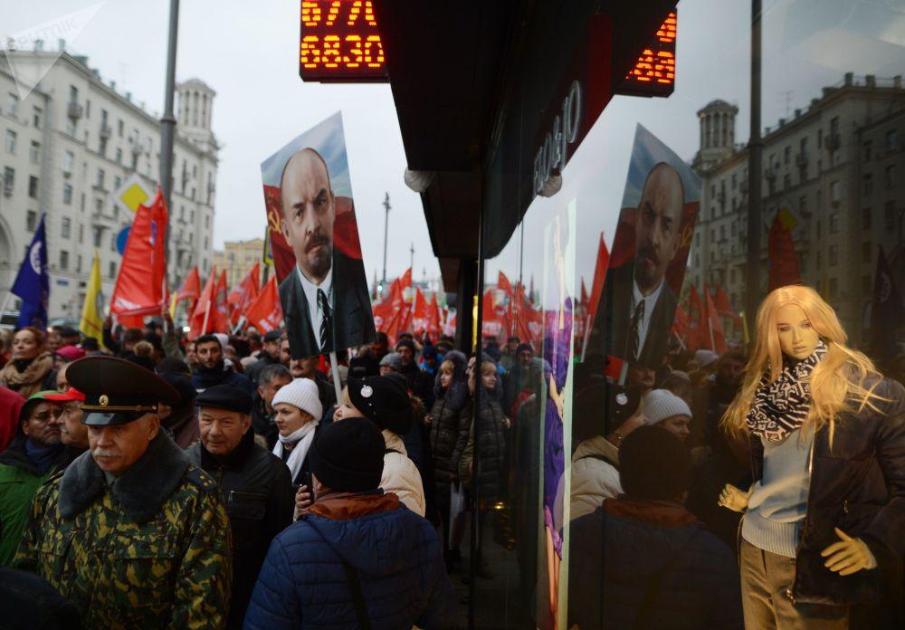 Účastníci pochodu Komunistické strany RF v Moskvě u příležitosti 100. výročí Říjnové socialistické revoluce