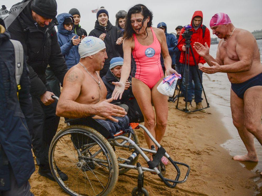 """Ruští """"mroži"""": festival zimního plavání v Petrohradu"""