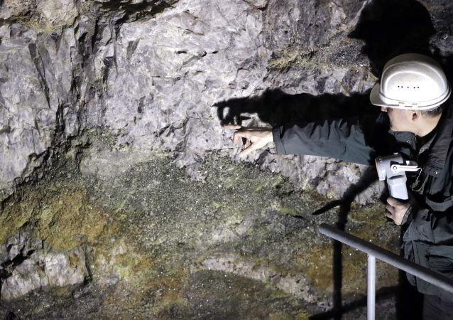 Ruda obsahující lithium v šachtě v České republice