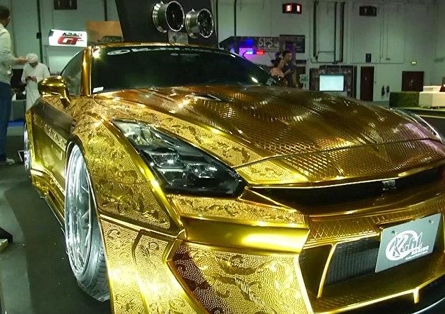 Na mezinárodním autosalonu v Dubaji prezentovali více než 100 exkluzivních aut