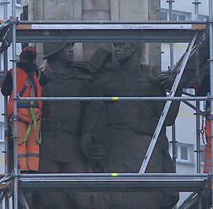 Květinové záhony místo pomníku vojákům: v Polsku demontují monument Rudé armádě