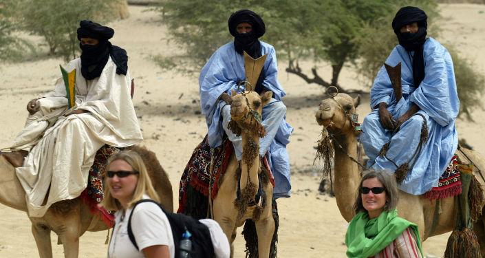 Turisté u členů kmenu Tuaregů