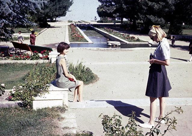 Mladé dívky se fotí ve městském parku