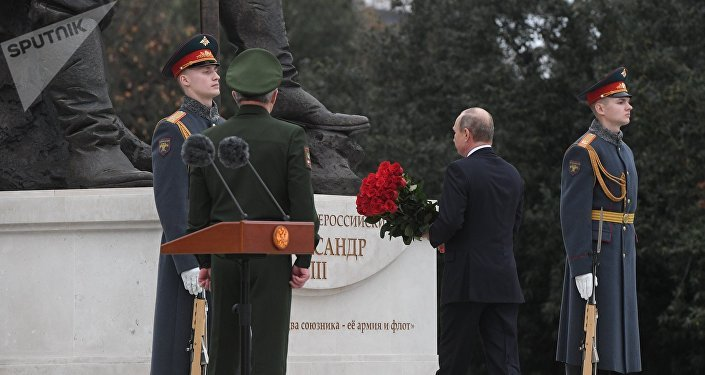 Ruský prezident Vladimir Putin odhaluje pomník ruskému caru Alexandrovi III.