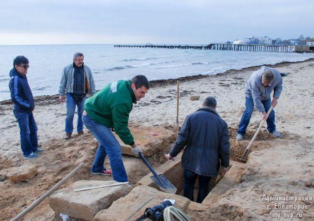 V Jevpatorii objevili na jedné z pláží starořecký hrob