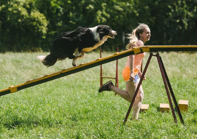 Dívka s psem
