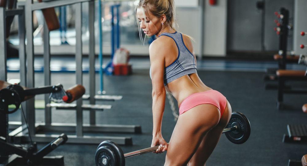 Dívka v tělocvičně