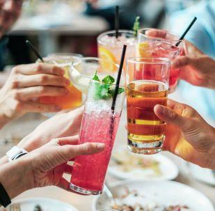Večírek s alkoholem. Ilustrační foto