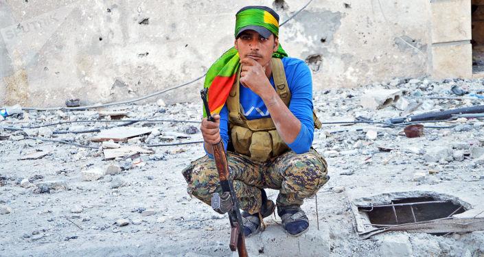 Bojovník z oddílů kurdských domobranců a Syrských demokratických sil