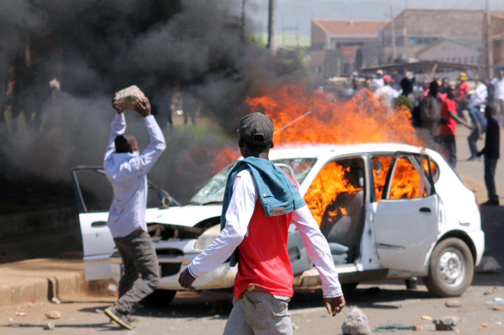 Stoupenci keňské opozice zapalují automobily na znamení protestu proti znovuzvolení prezidenta v Keni