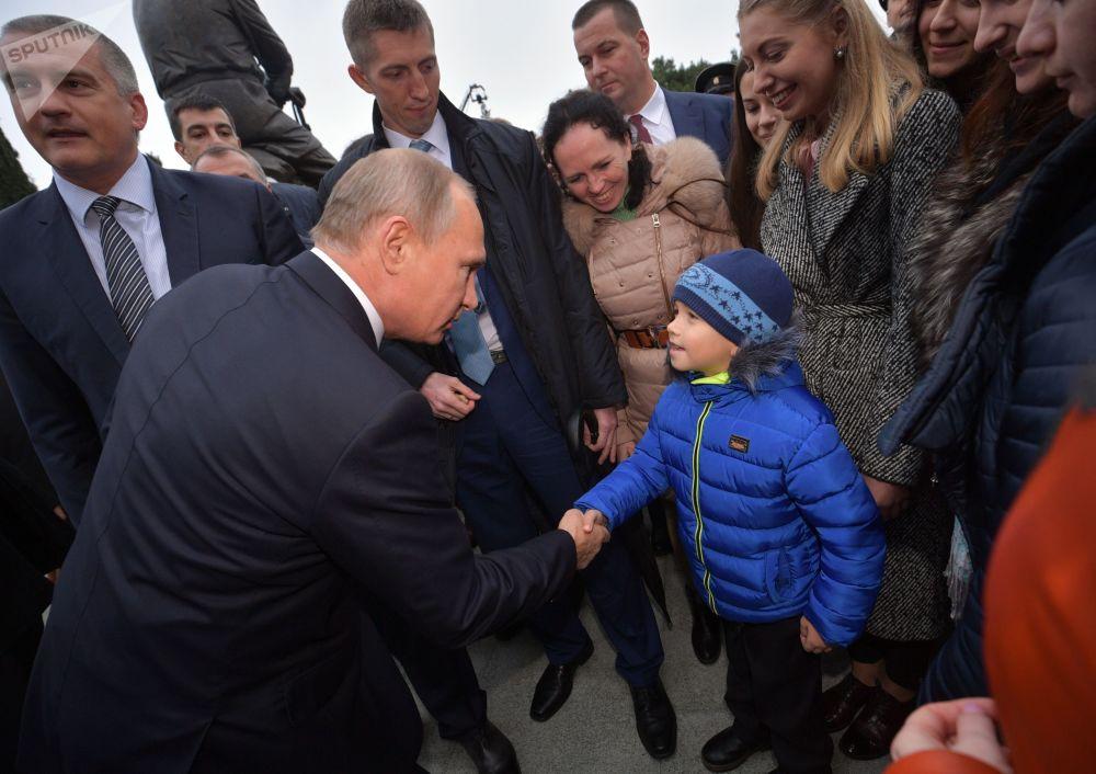 Prezident RF Vladimir Putin hovoří s místními obyvateli po slavnostním odhalení pomníku Alexandra III. v Jaltě