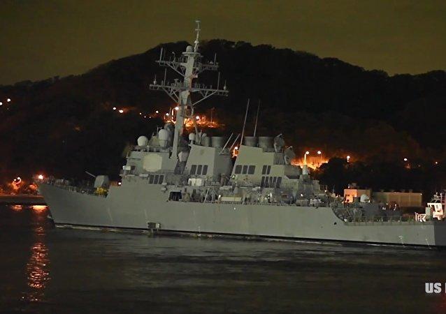 Po srážce s nosičem kontejnerů americký torpédoborec utrpěl další trhlinu