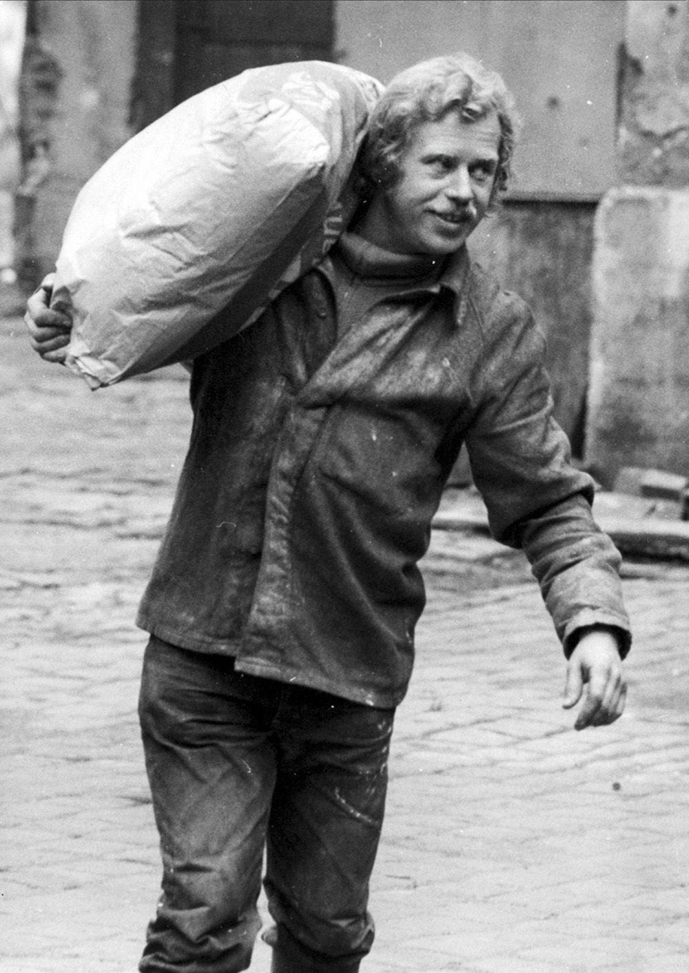 Záběry z dokumentárního filmu Občan Havel přikuluje