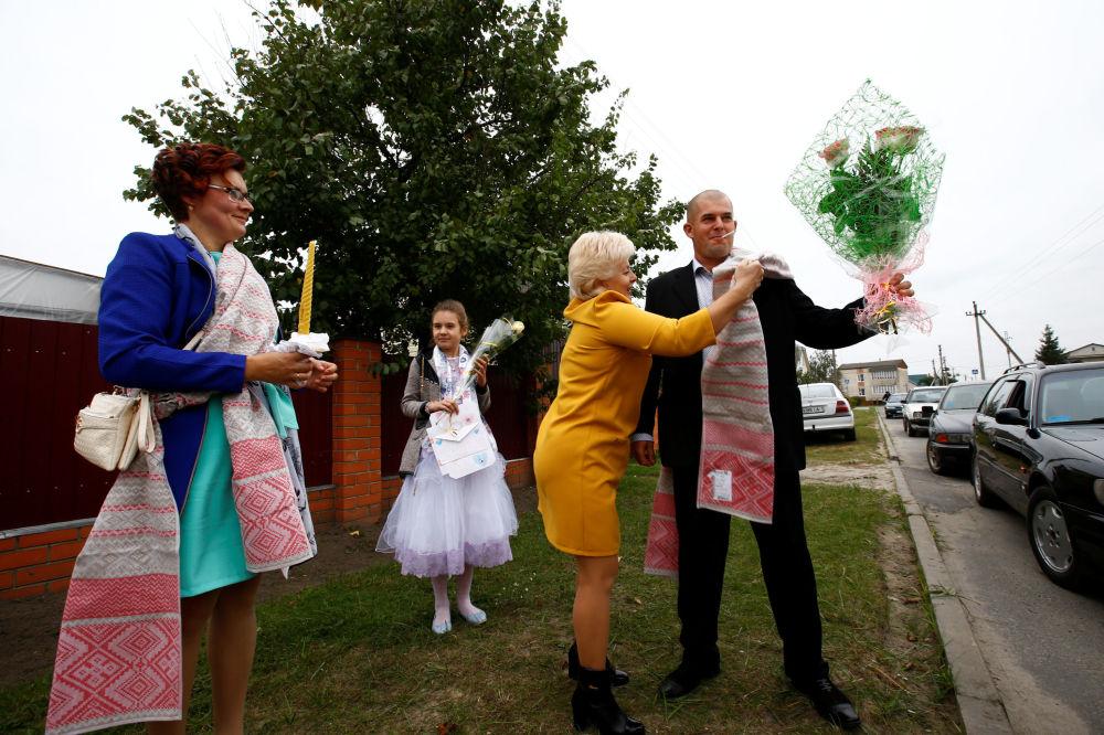 Běloruští vesničané dávají přednost tvrdé práci na poli.