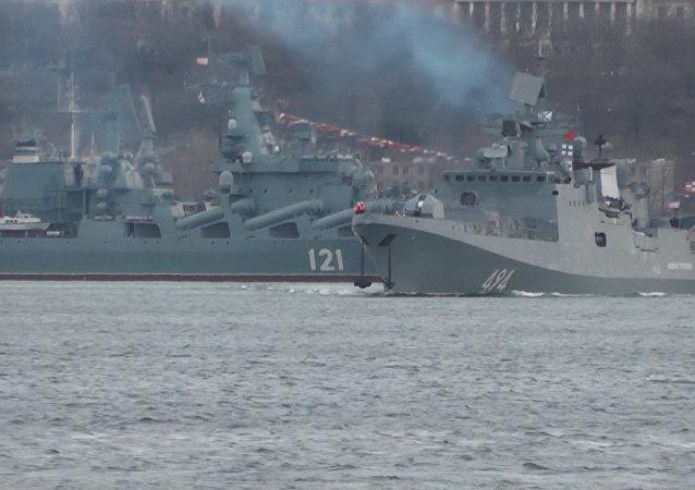 Fregata, která útočila Kalibry na IS, se vrací do Středozemního moře. Video