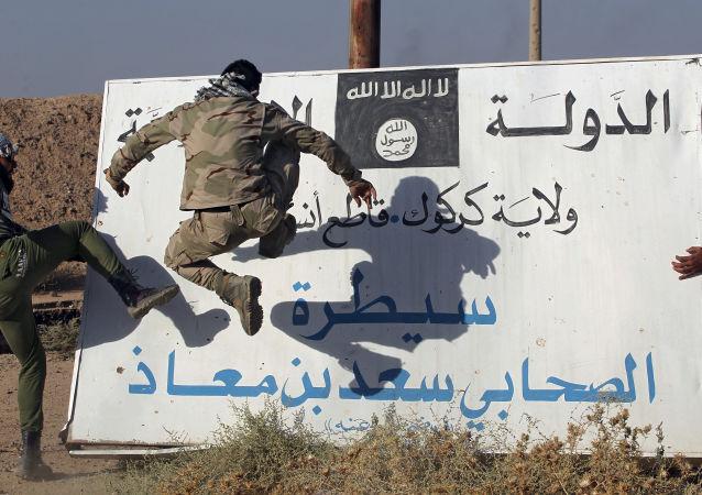 Iráčtí vojáci naproti vlajce IS