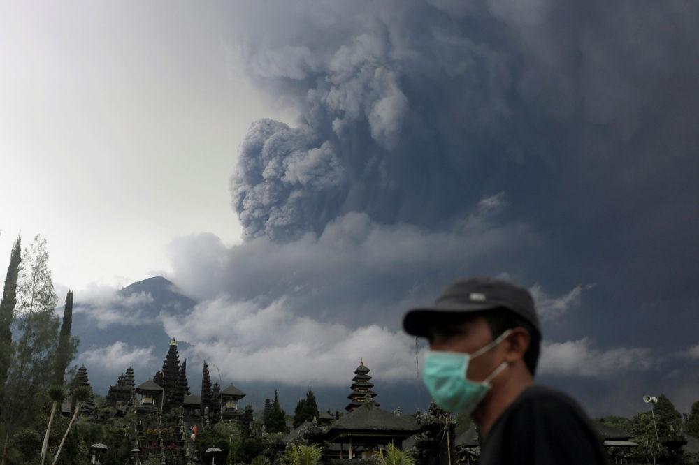 Erupce sopky Agung na ostrově Bali v Indonésii