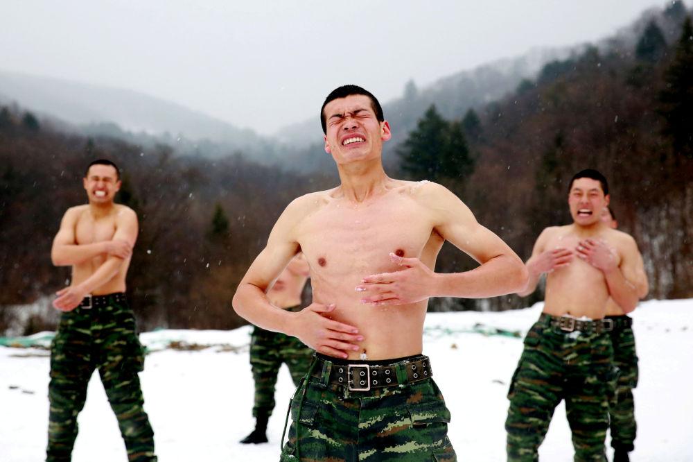 Čínští vojáci se omývají sněhem za teploty 25 stupňů pod nulou během tréninku v okolí města Čchang-čchun