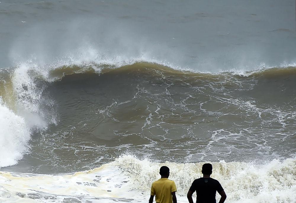 Velké vlny na pobřeží Kolomba, Srí Lanka