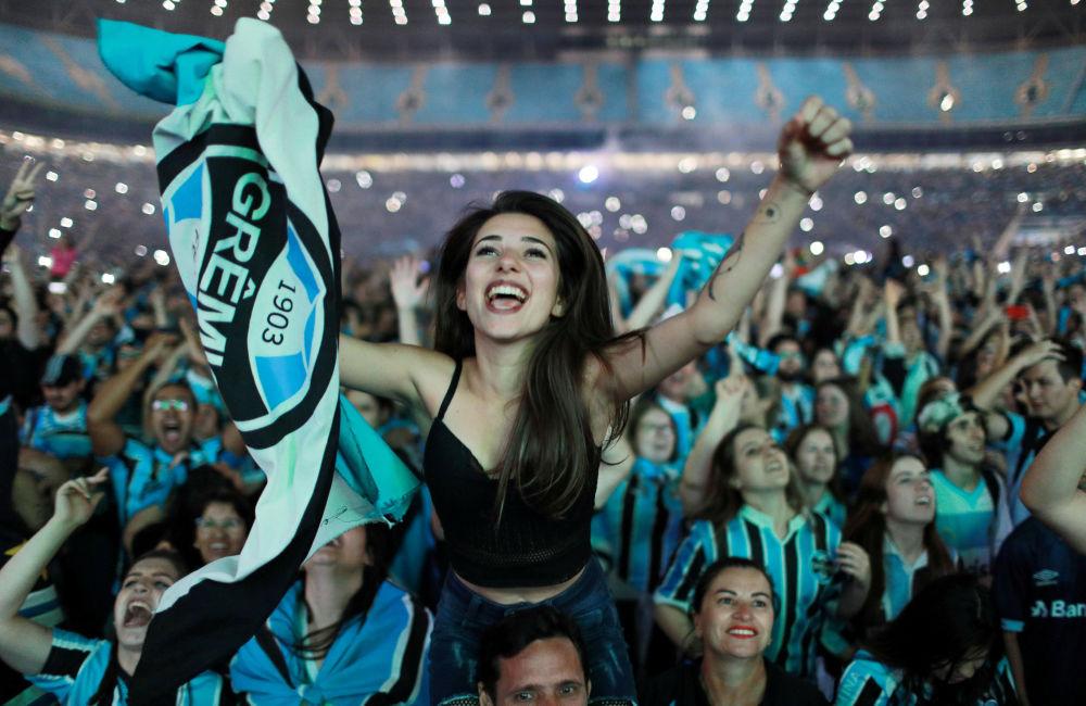 Brazilští fanoušci se těší z vítězství týmu Gremio nad argentinským Lanusem ve finále Poháru Libertadores