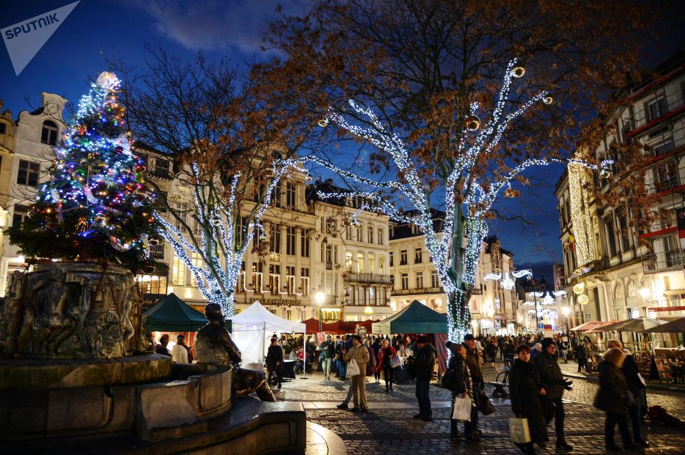 Chodci na vánočním trhu v Bruselu