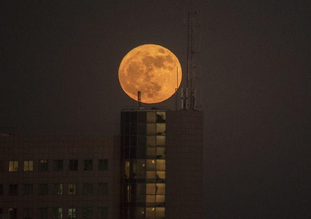 Superměsíc nad městem Netanja, Izrael