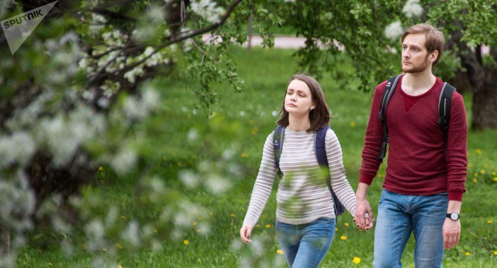 Mladí lidé na záhradě v moskevském muzeu Kolomenskoje