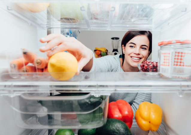 Žena u lednice. Ilustrační foto