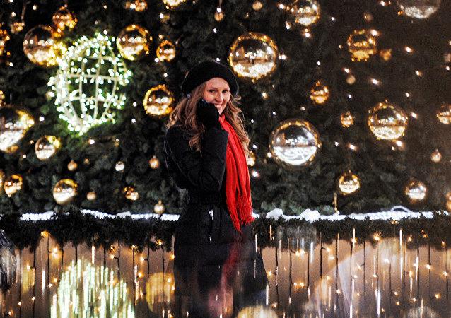 Dívka u vánočního stromečku v Moskvě