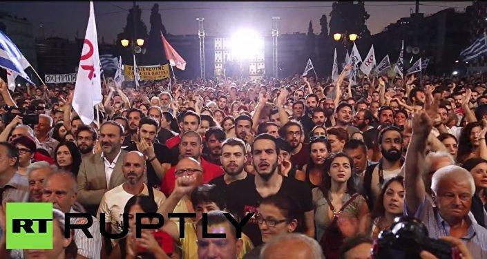 25 tisíc lidí se sešlo na mítink v centru Atén s výzvou hlasovat proti požadavkům věřitelů
