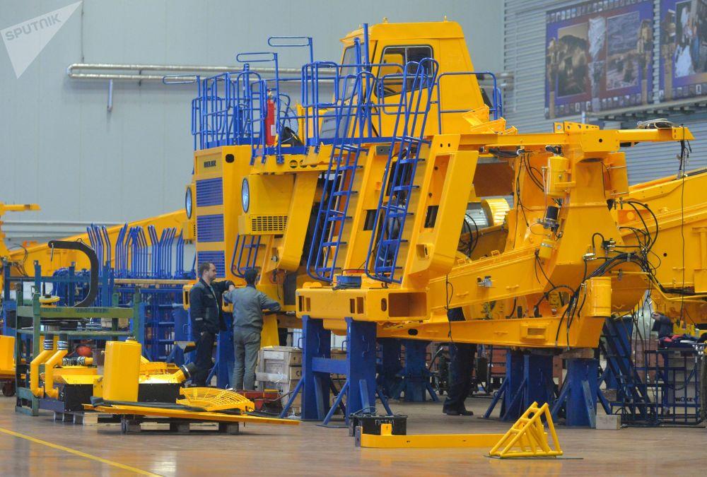 Výroba těžkých nákladních sklápěcích vozů na závodě BelAZ