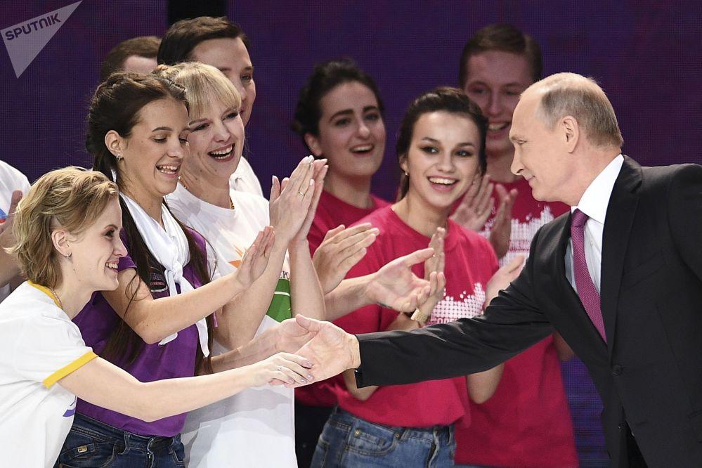 Prezident RF Vladimir Putin na ceremonii předání ceny Dobrovolník Ruska 2017 v Moskvě