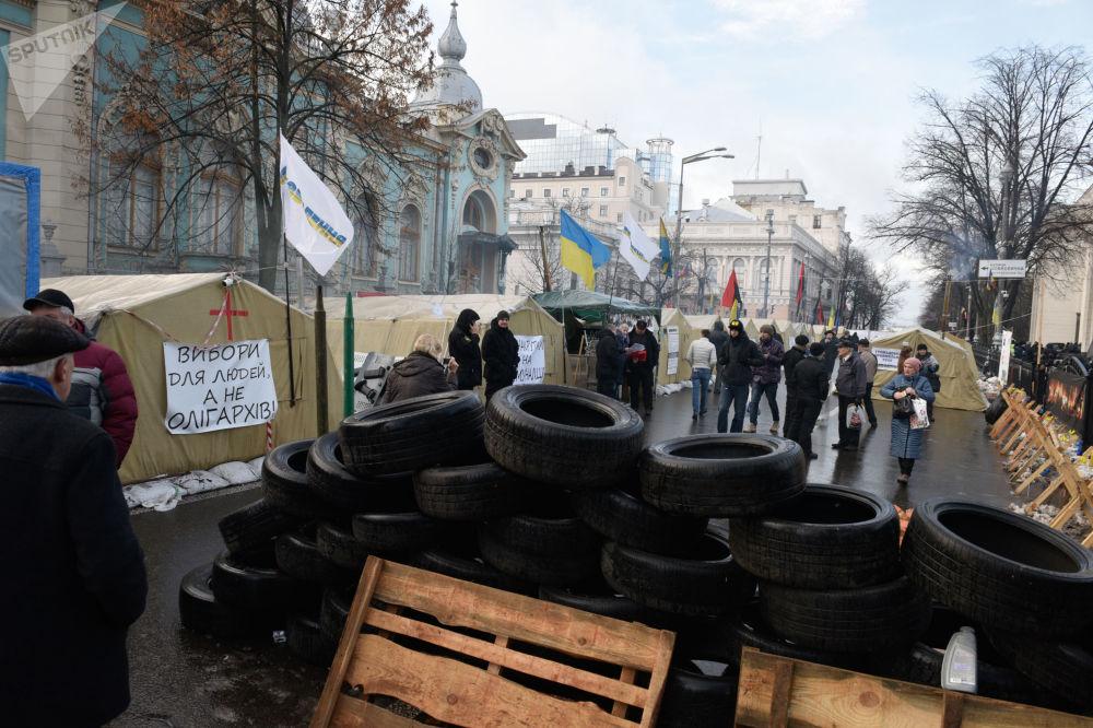 Stoupenci Michaila Saakašviliho v stanovém táboru před budovou ukrajinské Nejvyšší rady v Kyjevě