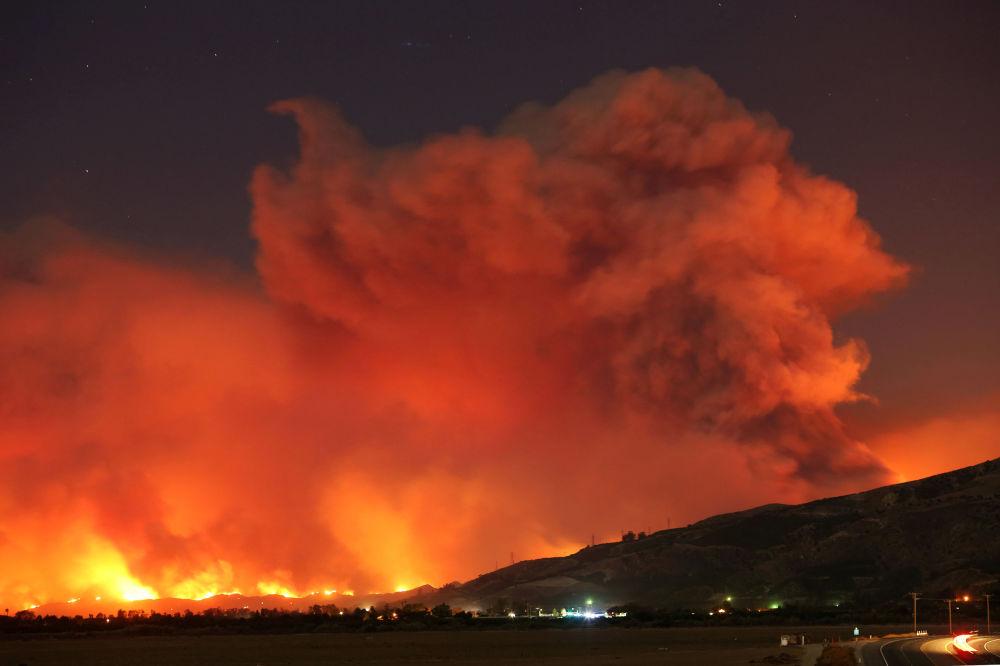 Kouř z lesních požárů se zvedá do nočního nebe, Kalifornie, USA