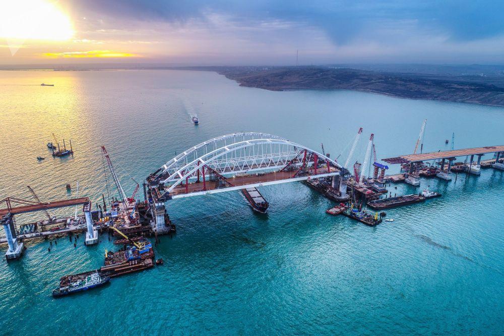 Oblouky automobilové a železniční části budovaného Krymského mostu nad centrální plavební dráhou v Kerčském průlivu