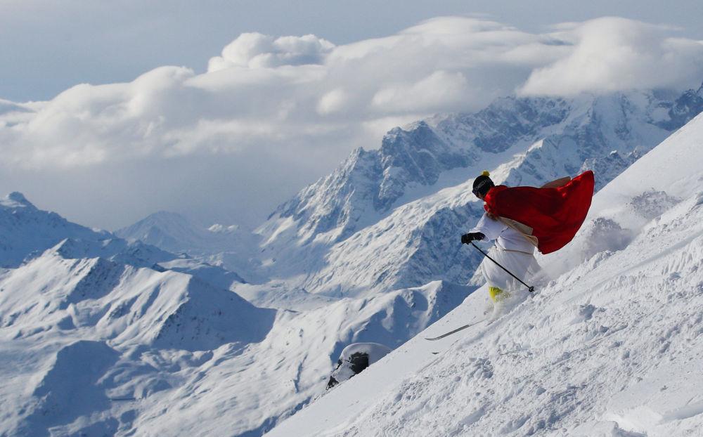 Lyžař oblečený za Santa Klause v horském středisku Verbier, Švýcarsko