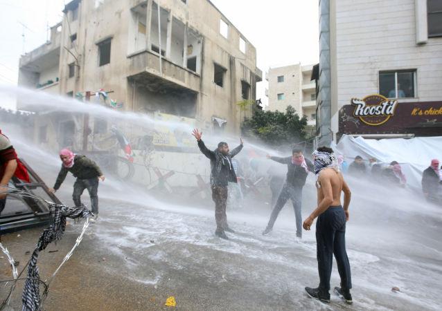 Demonstranti během protestů u budovy amerického velvyslanectví v Bejrútu
