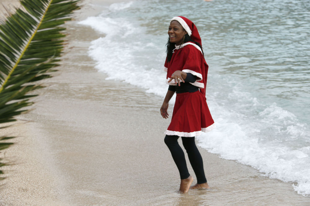 Dívky v kostýmu Santa Klause během tradičního vánočního koupání v Monaku