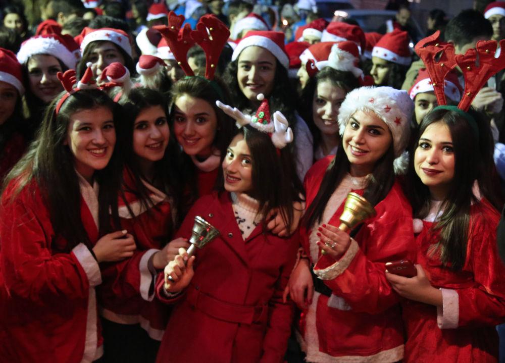 Syrské dívky v kostýmu Santa Klause