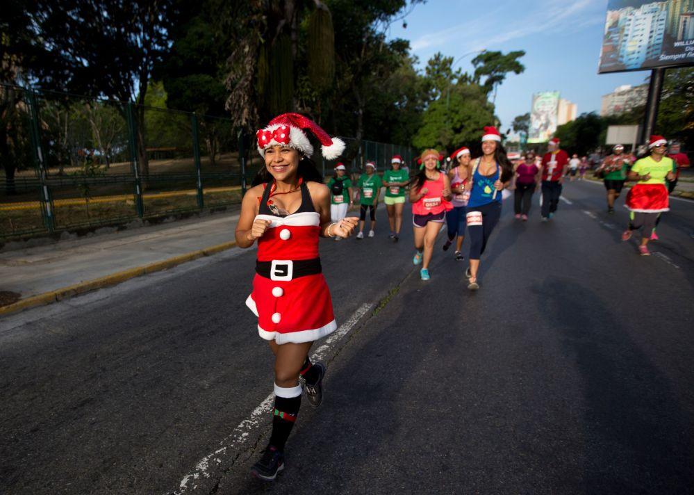 Dívky v kostýmu Santa Klause ve Venezuele