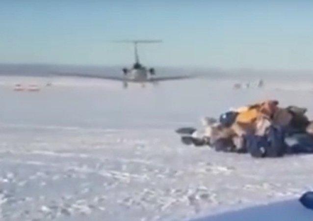 Na Kamčatce letadlo rozházelo zásilky po startovací ploše. Video